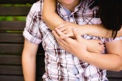 Couples attrayants étreignant en parc Image stock