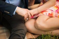 Couples attrayants étreignant en parc Image libre de droits