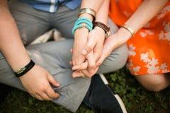 Couples attrayants étreignant en parc Images libres de droits