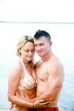 Couples attrayants appréciant la plage Photos stock