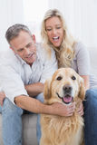 Couples attrayants appréciant leur société de chiens Photographie stock libre de droits