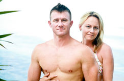 Couples attrayants appréciant la plage Image libre de droits