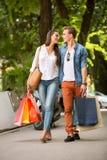 Couples attrayants aux achats Images libres de droits