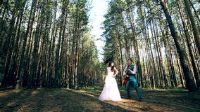 Couples attrayants ayant l'amusement étant ensemble, dansant, jouant la guitare, signant, badinant banque de vidéos