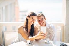 Couples attrayants ayant la première date Café avec un ami Personnes heureuses de sourire faisant un selfie Partager sur le media Photographie stock