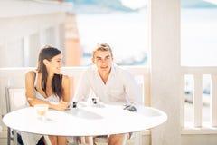 Couples attrayants ayant la première date Café avec un ami Personnes heureuses de sourire faisant un selfie avec un smartphone Photo stock