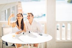Couples attrayants ayant la première date Café avec un ami Personnes heureuses de sourire faisant un selfie avec un smartphone Images libres de droits