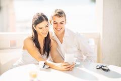 Couples attrayants ayant la première date Café avec un ami Personnes heureuses de sourire faisant un selfie avec un smartphone Photographie stock libre de droits