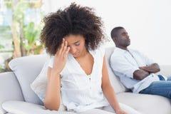 Couples attrayants ayant un argument sur le divan images libres de droits