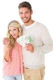 Couples attrayants clignotant leur argent liquide Photos stock