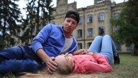 Couples attrayants d'étudiant se reposant au campus banque de vidéos