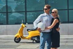 Couples attrayants dans l'amour - le type élégant beau s'est habillé dans une chemise blanche et des jeans et port blond avec du  Photographie stock