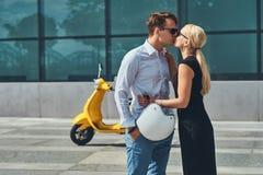 Couples attrayants dans l'amour - le type élégant beau s'est habillé dans une chemise blanche et des jeans et port blond avec du  Images libres de droits