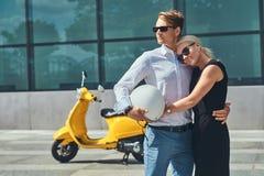 Couples attrayants dans l'amour - le type élégant beau s'est habillé dans une chemise blanche et des jeans et port blond avec du  Image libre de droits