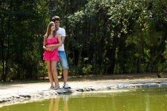 Couples attrayants dans la campagne Photographie stock libre de droits