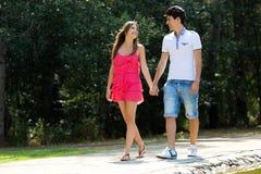 Couples attrayants dans la campagne Image libre de droits