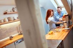 Couples attrayants dans la cuisine photographie stock libre de droits