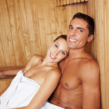 Couples attrayants dans le sauna Photographie stock libre de droits