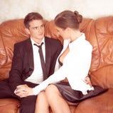 Couples attrayants dans parler noir et blanc Image libre de droits