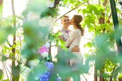 Couples attrayants de bonheur marchant dans les bois Images stock