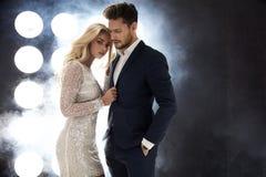 Couples attrayants de célébrité posant sur l'étape Photo libre de droits