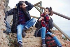 Couples attrayants des randonneurs faisant une pause de leur hausse en montagnes Image stock