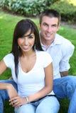 Couples attrayants doux en stationnement photographie stock