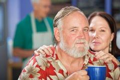 Couples attrayants en café Image stock
