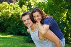 Couples attrayants en nature image libre de droits