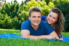 Couples attrayants en nature image stock