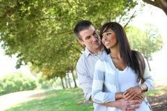 Couples attrayants en stationnement images libres de droits