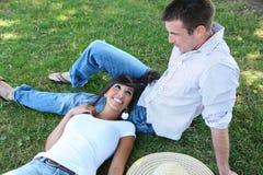 Couples attrayants en stationnement image stock