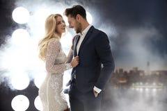 Couples attrayants et riants dans la boîte de nuit Images libres de droits