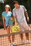 Couples attrayants jouant au tennis Photographie stock