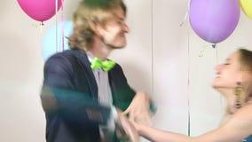 Couples attrayants jouant le conflit avec de la ficelle brillante d'accolade banque de vidéos