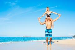 Couples attrayants jouant sur la plage Photos stock