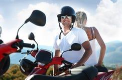 Couples attrayants le jour de vacances Images libres de droits