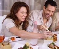 Couples attrayants mangeant au restaurant,