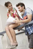 Couples attrayants prévoyant la nouvelle maison Photo stock