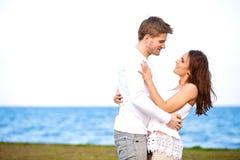 Couples attrayants regardant l'un l'autre Photographie stock