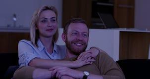 Couples attrayants regardant la TV banque de vidéos