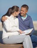 Couples attrayants sur le bord de la mer Photo libre de droits