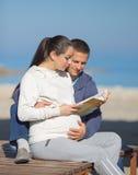 Couples attrayants sur le bord de la mer Images libres de droits