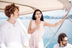 Couples attrayants sur le yacht Le jeune homme prend la photo de sa amie Photographie stock libre de droits