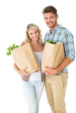 Couples attrayants tenant leurs sacs d'épicerie Photo stock