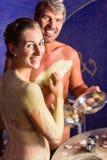 Couples au bain de Rasul dans la station thermale Photos libres de droits