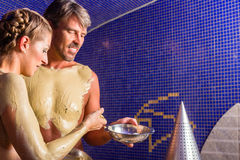 Couples au bain de Rasul dans la station thermale de bien-être Photographie stock libre de droits