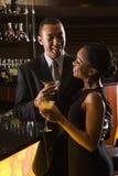 Couples au bar. Photographie stock