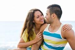 Couples au bord de la mer Photos stock