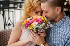 Couples au café passant le temps ensemble Image stock